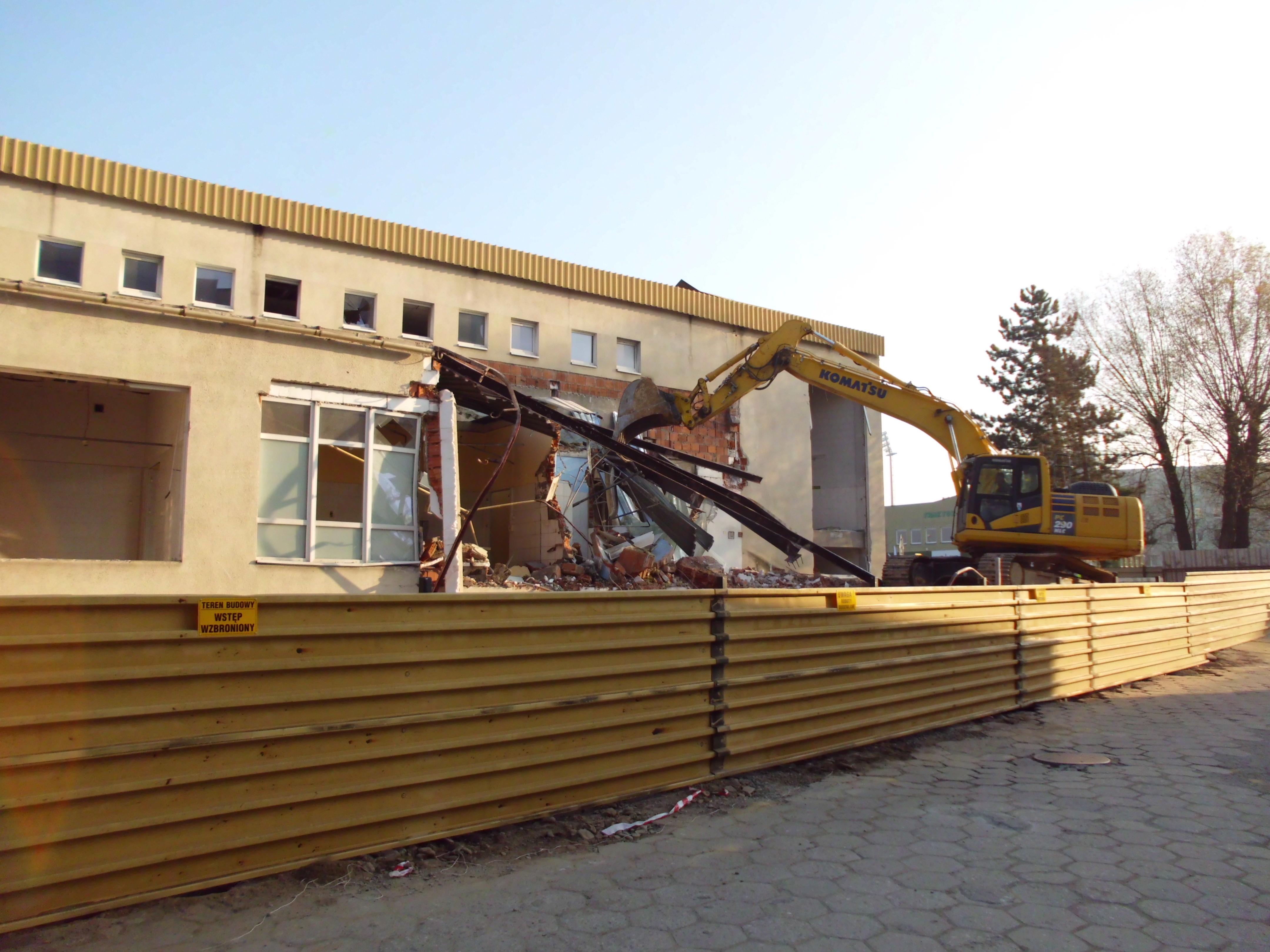 Koparka usuwająca ścianę budynku