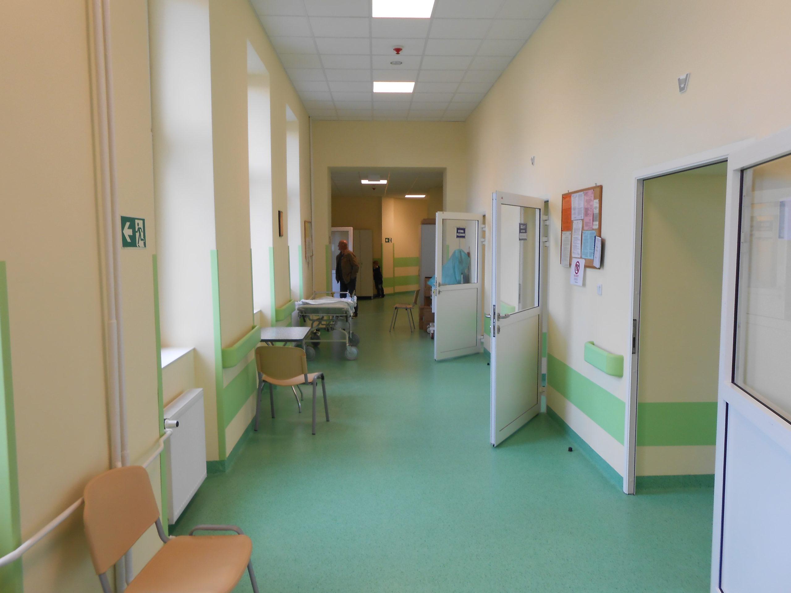 Odnowione korytarze - zielone wykładziny na posadzkach oraz zielone listwy odbojowe