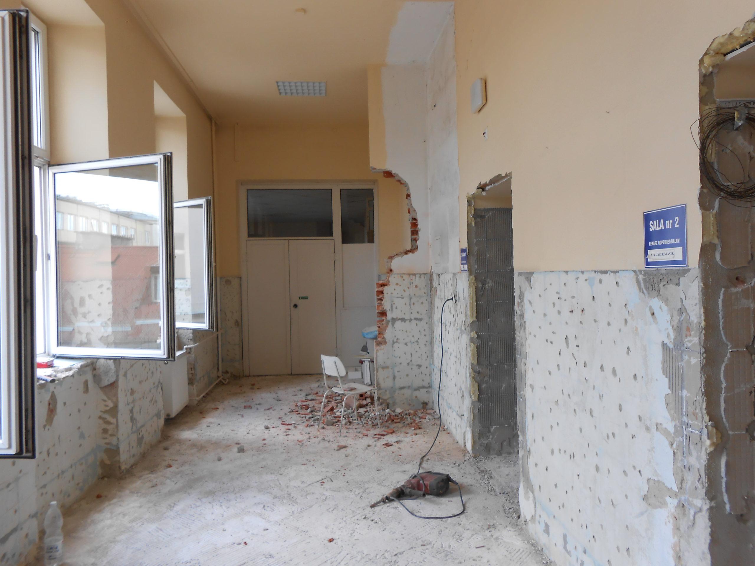 Oddział w trakcie remontu - zburzona ściana oraz ściągnięte płytki z posadzek.