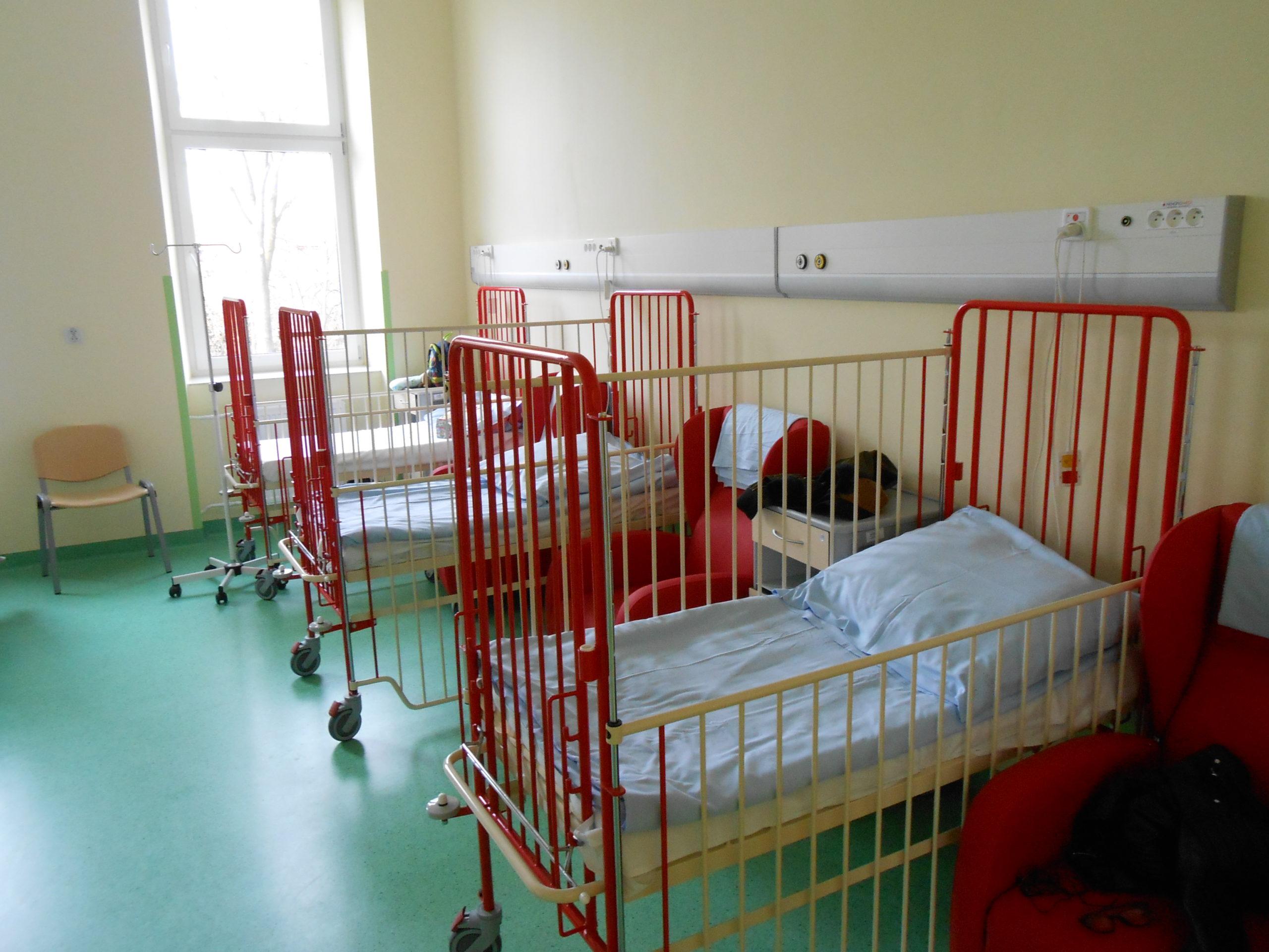 Sale chorych z czerwonymi łóżeczkami dla najmłodszych
