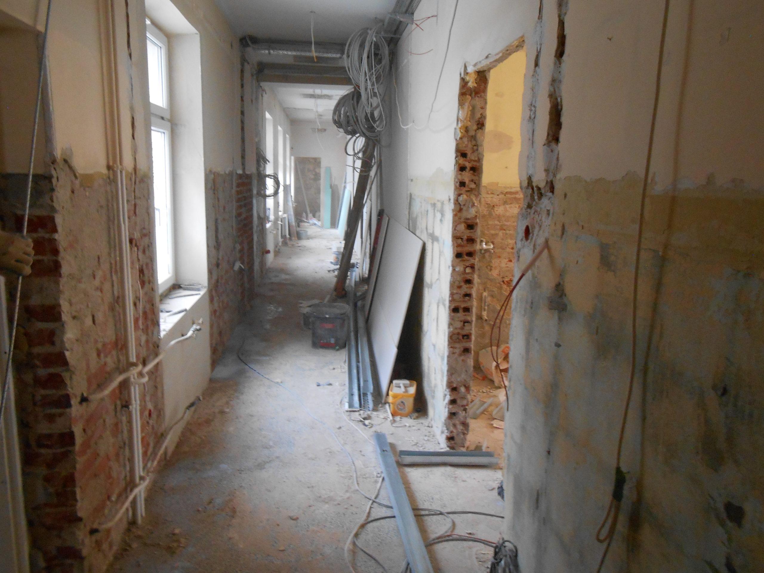 Remont Oddziału Pulmonologicznego z przeznaczeniem na Poradnie Urazowo - Ortopedyczną. Zburzone ściany, sciągnięte płytki z posadzek, wymiana elektryki, wiszące kable.