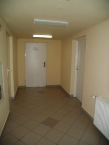 Oddział Psychiatryczny przed remontem - ciemne korytarze, stare, białe i odrapane drzwi