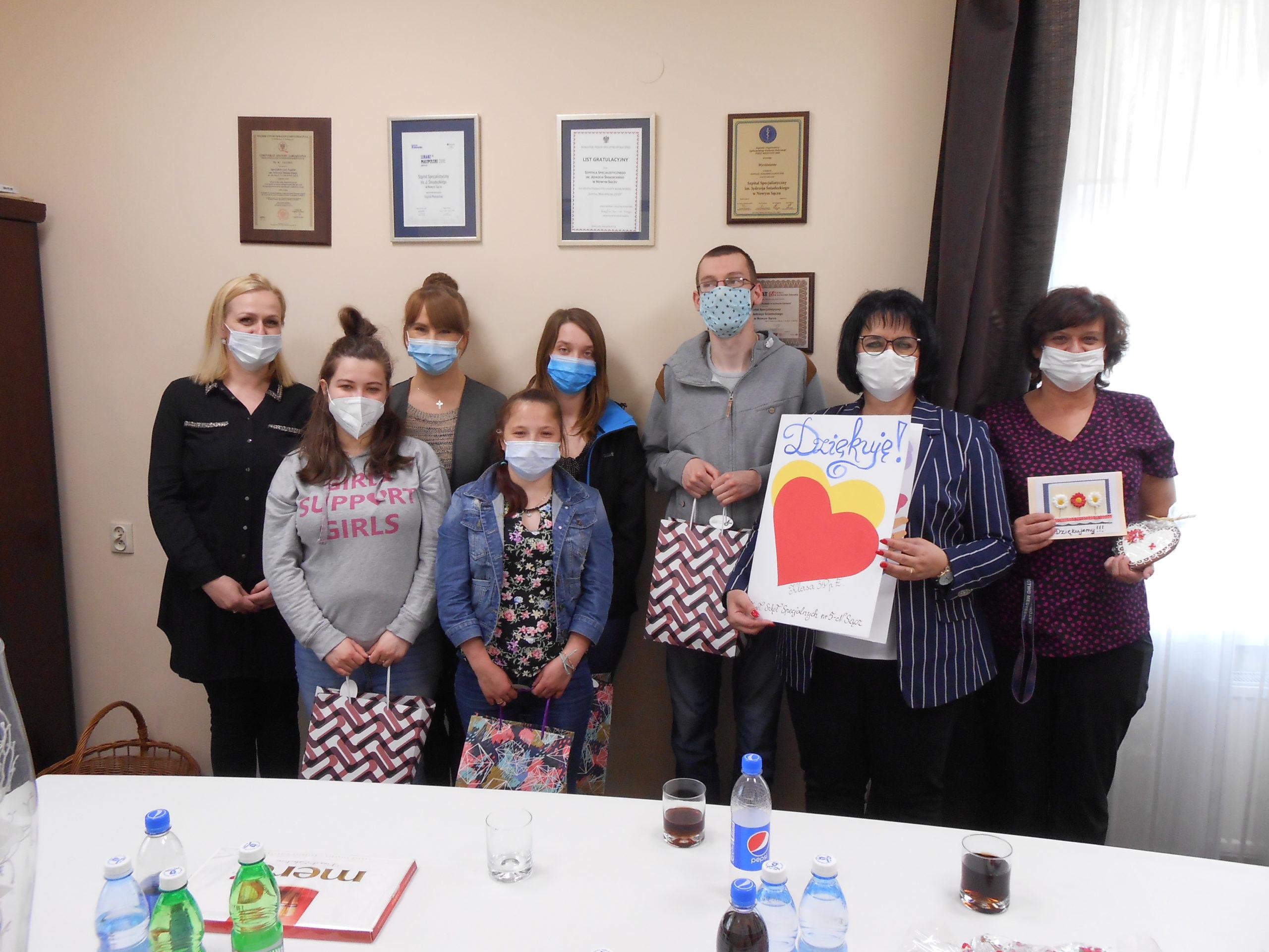 Wspólne zdjęcie przedstawicieli Szpitala oraz uczniów i ich opiekunów.