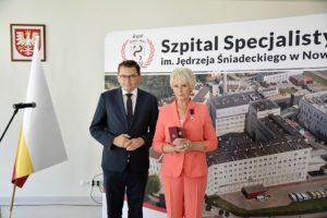 Pani Dyrektor po wręczeniu odznaczenia wraz z Wojewodą Małopolski - Łukaszem Kmitą.